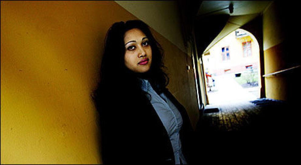 AP-TOPP: Stortingspolitiker Saera Khan har selv lært å spå etter å ha tatt et tarotkurs hos spåkone. Foto: Linda Næsfeldt