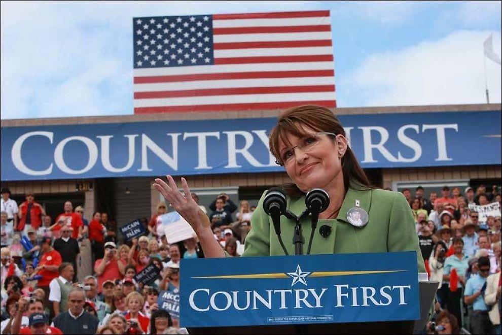 HARDE SKYTS: Sarah Palin har tatt valgkampen ett skritt videre, og beskylder Barack Obama for å omgås amerikanske terrorister. Her fra talen hun holdt i natt. Foto: AFP