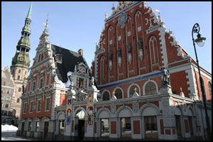 FLOTTE HUS: To av de aller flotteste bygningene i Rigas gamleby er handelshusene (House of Blackheads) på rådhustorget - Rigas mest fotograferte hus. Foto: Dag Fonbæk
