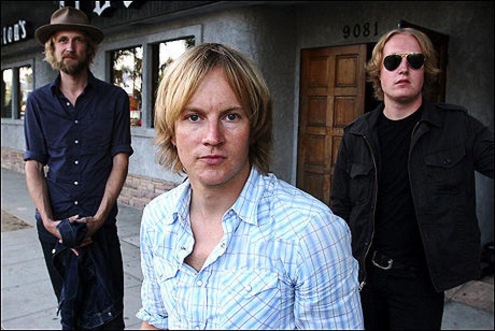 NORSKE ROCKEHELTER: Øystein Greni omgitt av Olaf Olsen (t.v.) og Øyvind Storli Hoel i Hollywood i september i år. Foto: James Carbone