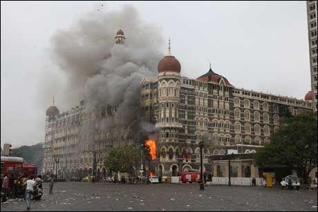 I FLAMMER: Hotellet Taj Mahalvar ett av terroristenes mål i Mumbai. Foto: AFP