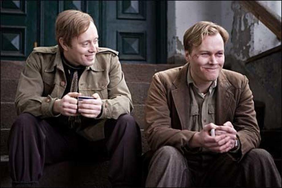 """KAN SMILE OVER BESØKSTALL: Aksel Hennie (Max Manus) og Christian Rubeck (Kolbein Lauring) kan glede seg over gode besøkstall for """"Max Manus"""". Foto: Nordisk Film"""