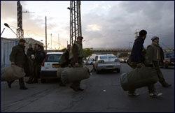 DRAR: Israelske reservesoldater har blitt kalt inn til tjeneste, og forlater her en militærbase i byen Beersheba. Foto: Reuters
