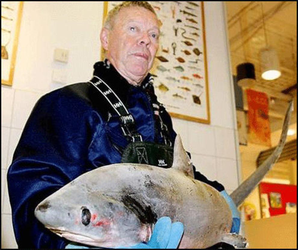 HAIFANGST: Rolf Bakken fikk denne haien i garnet ved Sletterøyene utenfor Fredrikstad. Foto: Kristian Bolstad