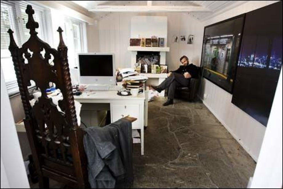 SKRIVESTUE: I denne skrivestuen i Lommedalen skriver Ari Behn på sin nye roman på iMacen. Skrivestuen er pyntet blant annet med et gedigent fotografi fra New Yorks undergrunn, og i bokhyllene finnes eldre klassikere som Shakespeare, Francis Bacon, Tennessee Williams, Albert Camus og nyere litteratur fra Philip Roth, Michel Houellebecq og Jan Erik Vold. Foto: Frode Hansen