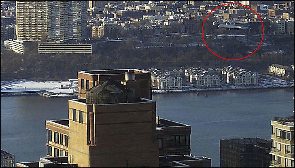 PÅ VEI NED: Her taper flight 1549 høyde og er på vei ned i Hudson-elven. Sekunder senere ligger det og flyter i det iskalde elvevannet. Foto: AP