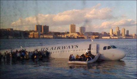 REDDET SEG UT: Her redder passasjerene seg ut fra det styrtede flyet. Kort tid senere er ferger og andre båter på plass for å bistå passasjerne. Foto: AP