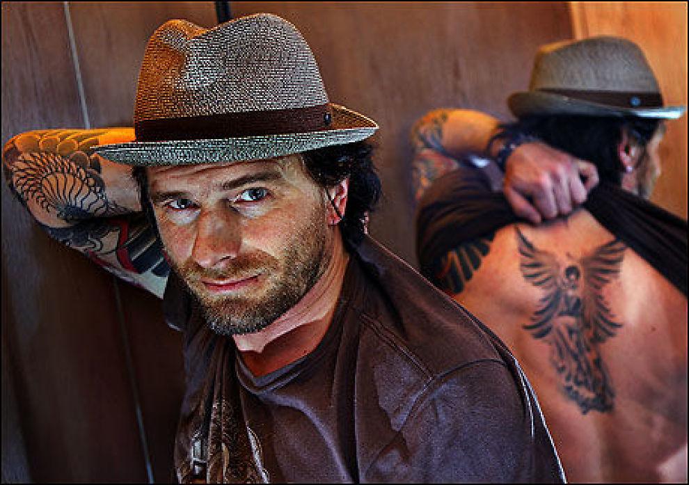 TATOVERT: Den norske fotografen Bjørn Opsahl viser fram tatoveringen som er laget av TV-stjernen Kat Von D. I februar drar Opsahl tilbake til LA, og da skal den fullføres. Foto: Nils Bjåland