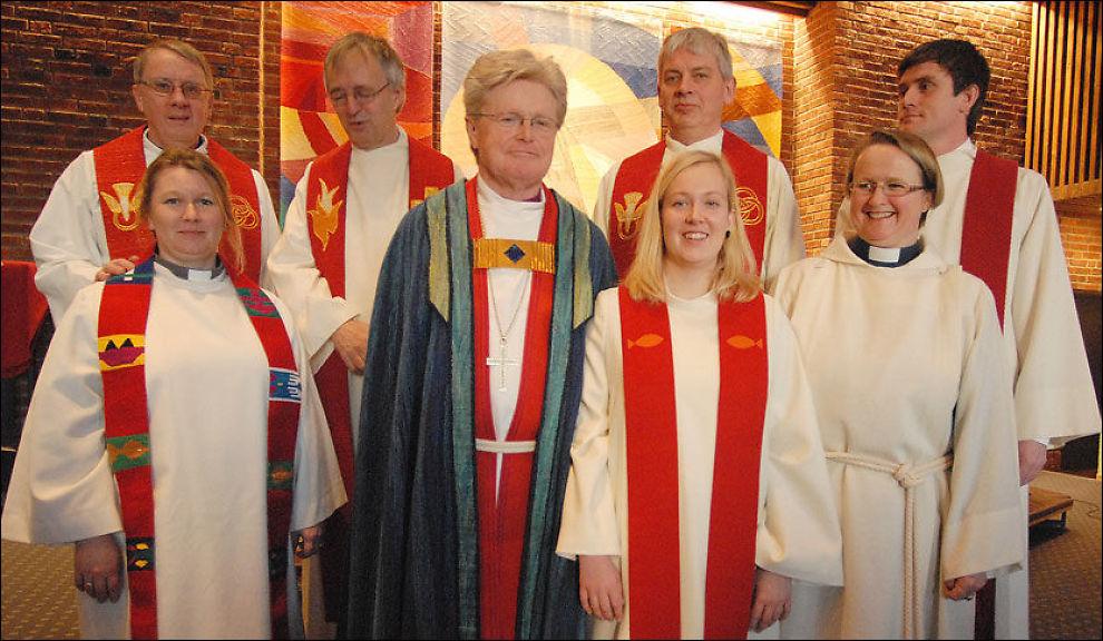 ORDINERT: Biskop Tor Berger Jørgensen (i blå kappe) ordinerte Silje Meisal (til høyre for biskopen) til prest 18. januar i år. Bildet er tatt på den høytidelige dagen. Foto: Øyvind A. Olsen, Avisa Nordland