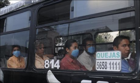 SYKE INGEN ADGANG: Alle som ser syke ut, blir beordret av kollektive transportmidler i Mexico City. MInst 68 personer har dødd av influensa hittil. Foto: Reuters