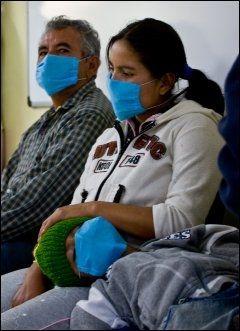 BESKYTTER SEG: Folk i Mexico beskytter seg mot det nye svine-influensaviruset med munnbind. Foto: AFP