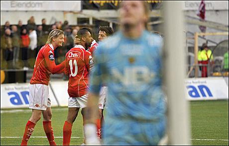 TABBET SEG UT: Glimt-keeper Pavel Londak fortviler i forgrunnen mens Brann-spillerne jubler rundt målscorer David Nielsen som nettopp har sendt laget opp i 1-0-ledelse. Foto: Scanpix