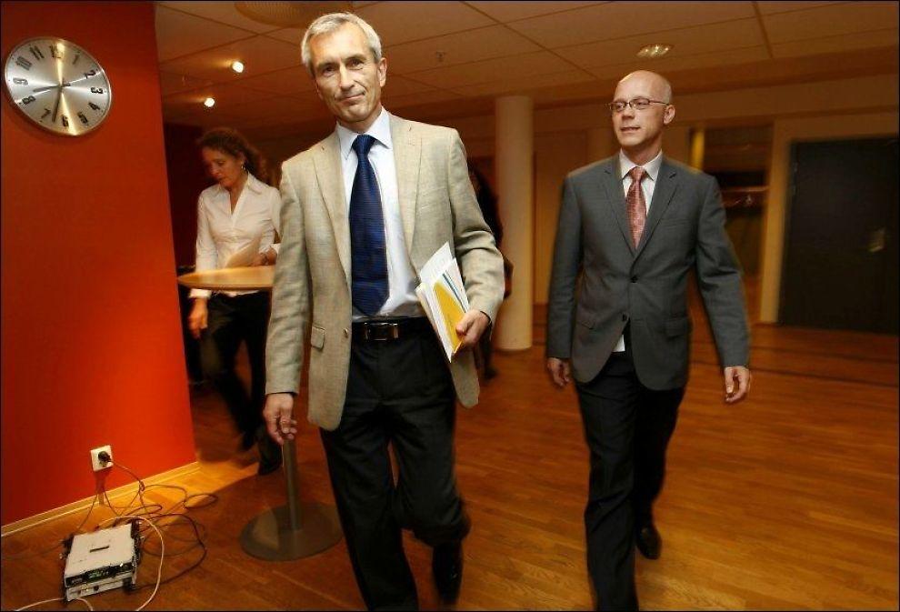 SVINEINFLUENSA I NORGE: Helsedirektør Bjørn Inge Larsen (til venstre) og overlege Bjørn Iversen fra Folkehelseinstituttet (FHI) ankommer lørdagens pressekonferanse der det ble opplyst at det er påvist to tilfeller av svineinfluensa i Norge. Foto: Scanpix
