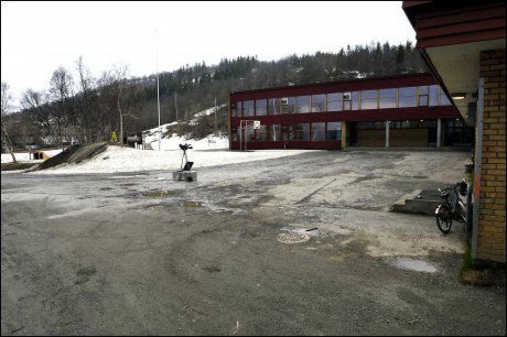 KANEBOGEN SKOLE: Kanebogen Skole i Harstad hvor niåringen løsnet skudd. På denne siden kom det første skuddet ifølge politiet. Foto: Terje Mortensen