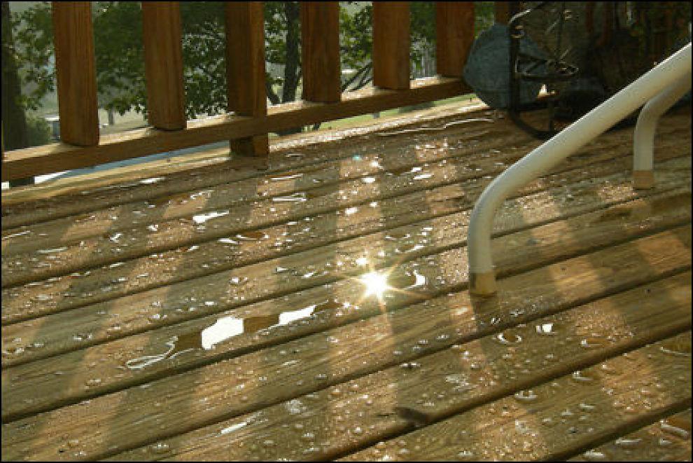 OM TERRASSEN behandles skikkelig skal regnet ikke trenge inn i treverket, men legge seg oppå, slik som her. Foto: Wheat-in-your-hair på flickr