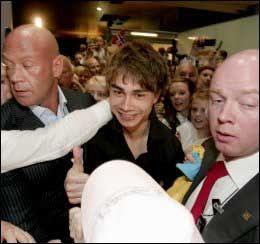 OK: Fiolin-Alex smilte og var glad, til tross for kaoset. Foto: Scanpix