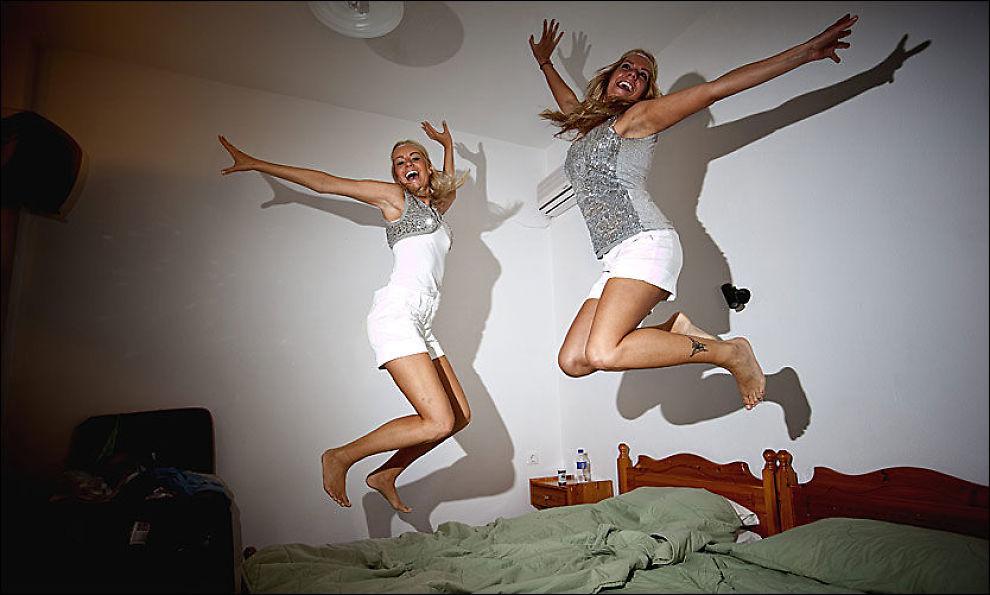 DRONNINGER: Hanne Marit Schultz (t.v., 24) og Cicilie Mari Hansen (25) hopper høyere enn Meryl Streep. Hanne Marit er reiseleder på den første organiserte Mamma Mia-turen til innspillingsøylene Skiathos og Skopolos. Foto: Terje Bringedal