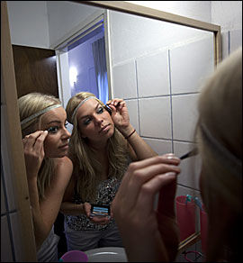 STÆSJER OPP: Hanne Marit og Cicilie smører godt på med sminke. Foto: Terje Bringedal