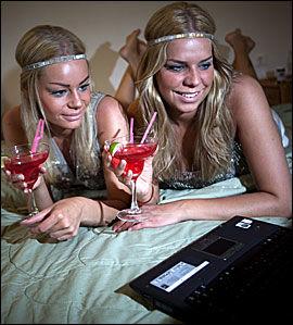 OPPVARMING: Med blå øyenskygge, glitrende paljetter og rosa drink, er Hanne Marit og Cicilie klare for Mamma Mia-kvelden. Foto: Terje Bringedal