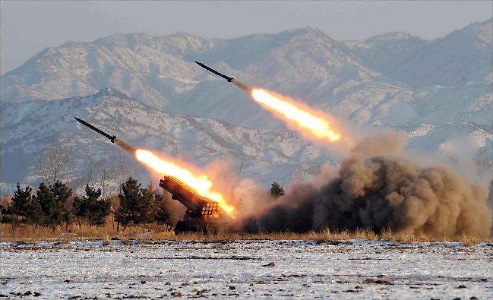 SKYTER: Dette udaterte bildet fra Korean Central News Agency viser testskyting av kortdistanseraketter på et ukjent sted i Nord-Korea. Foto: AFP