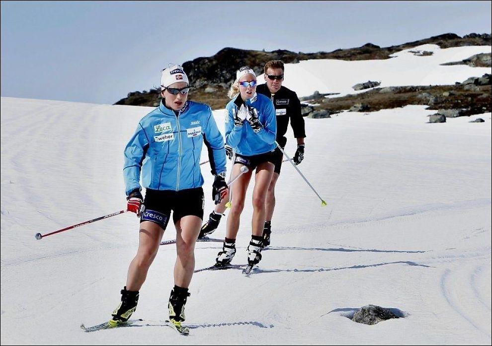 PÅ SKI I SOLA: Marit Bjørgen leder an mens Kristin Størmer Steira og landslagstrener Egil Kristiansen følger etter under treningsturen på Sognefjellet i går. Foto: Daniel Sannum Lauten