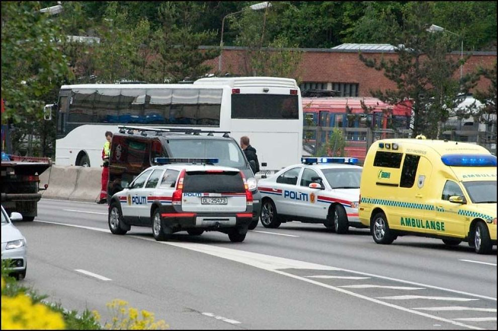 SLÅSSKAMP I RUSHEN: Mandag måtte både politi og ambulanse rykke ut etter at det oppsto slåsskamp mellom en bilist og en trailersjåfør på motorveien i Oslo. Foto: Geir Østeby