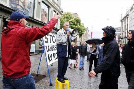 DEMONSTRERTE: Arne Tumyr som er leder for Stopp Islamiseringen av Norge (SIAN) ble møtt av ampre meningsmotstandere da han arrangerte demonstrasjon på Egertorget i Oslo fredag 22. mai. Demonstrasjonen ble arrangert som motdemonstrasjon i forbindelse med en markering mot muslimhets i Norge. Tumyr står på kasse på Egertorget. Foto: Scanpix