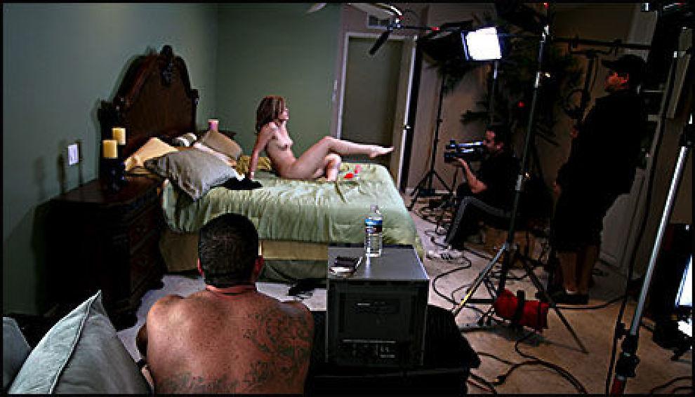 FÅR REFS: Pornoskuespillere må bruke kondom, mener en organisasjon. Bildet er fra settet til en amerikansk pornofilm i 2006. Foto: Thomas Nilsson/VG