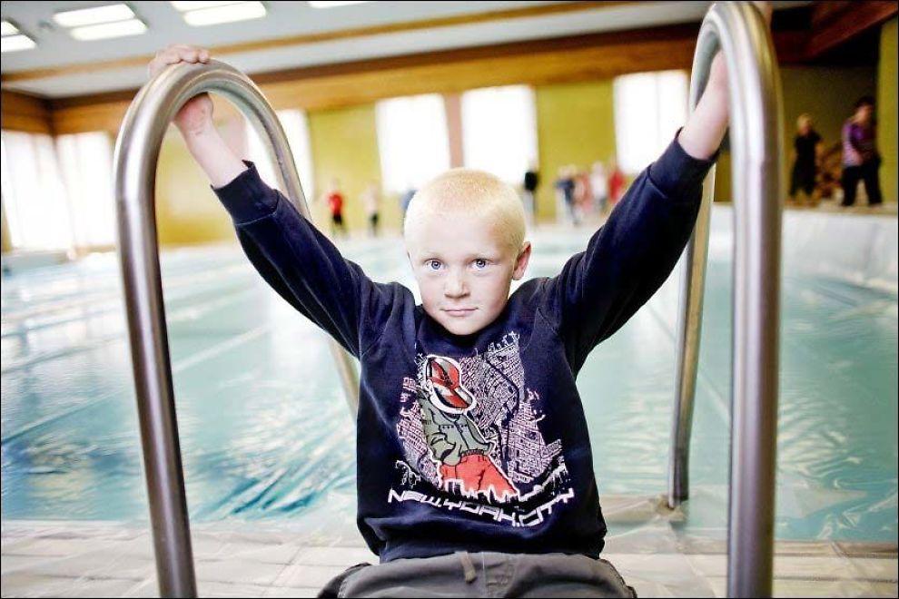 TAR SAKEN: Magnus Ølen (7) ivrer for fortsatt basseng ved skolen sin i Ølen. Nå har han tatt opp saken med statsministeren. Foto: Haakon Nordvik