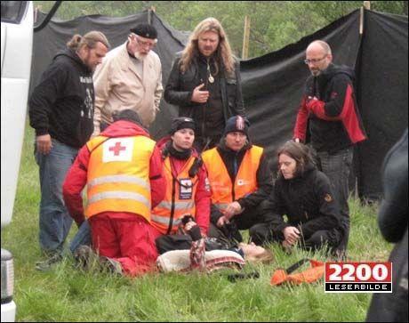 FIKK HJELP BAK SCENEN: Aslag Haugen får hjelp av redningsmannskaper etter ulykken på scenen i Skippagurra i går. Foto: Leserbilde