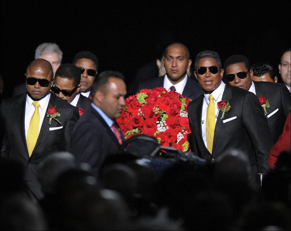 BAR KISTEN: Brødrene til Michael Jackson var med å bære kisten inn i Staples Center. Foto: AFP Foto: