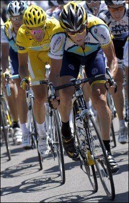 PÅ PALLEN: Lance Armstrong var strålende fornøyd etter at han sikret seg tredjeplassen i årets Tour de France. Foto: EPA