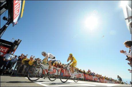 FOLKEFEST: Rundt en halv million mennesker fulgte klatringen opp Mont Ventoux lørdag. Her er det Andy Schleck og Alberto Contador som blir fotografert idet de blir heiet over målstreken. Foto: AFP