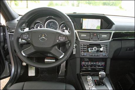 KLASSISK ELEGANSE: Interiøret i Mercedes signaliserer ikke all den råskapen som denne bilen innehar. Kanskje foruten speedometeret som stopper på 320 km/h. Foto: Øystein Larsen-Vonstett