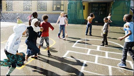 VIL HA MORSMÅLSUNDERVISNING: Ghufoor Butt vil ha morsmålsundervisning på skolen, han mener at det er viktig å lære om sin kultur. Bildet viser barn som leker i en skolegård i Oslo. Foto: Scanpix