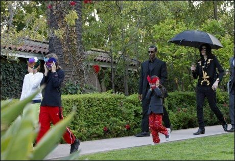 PÅ TUR MED PAPPA: Michael Jackson tok også med barna ut, men dekket alltid til ansiktene til sine tre barn. Her er de på vei ut av et hotell i Beverly Hills i mai i år. Foto: EPA