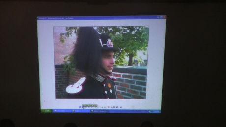 MOLAND I GARDEN: - Her ser vi Moland i uniformen til de kongelig sikkerhetsvaktene, sa aktor da han viste frem dette bildet i retten. Foto: Roar Dalmo Moltubak