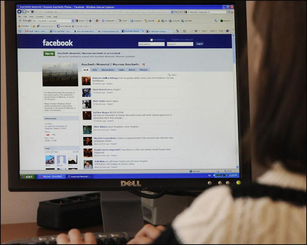 FOLKEOPPLYSNING VIA NETTSSAMFUNN: En kvinne sjekker Facebook-siden til Auschwitz, som myndighetene i Polen har opprettet som et ledd i sin folkeopplysning av nye generasjoner. Foto: AP