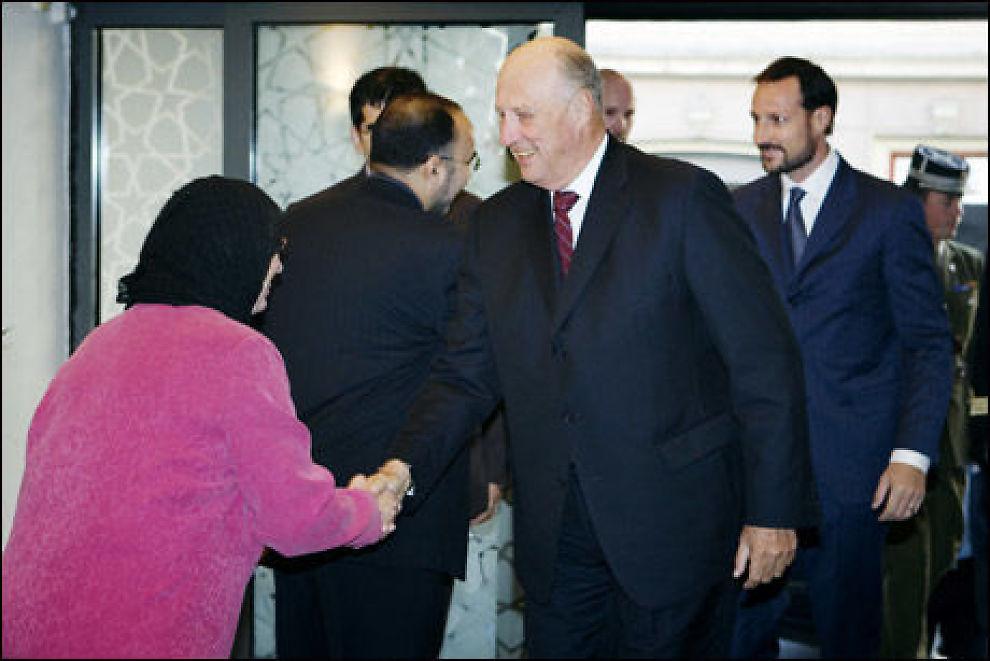 MØTE: Kong Harald hilser på tidligere leder av Islamsk råd, Lena Larsen, mens kronprins Haakon kommer gående bak. Foto: Scanpix