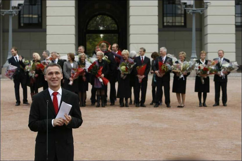 UKJENT ANSIKT: En ukjent personen står sammen med regjeringen på Slottsplassen tirsdag. Foto: SCANPIX