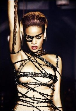TØFFERE: En tøffere Rihanna slik hun fremstår på promobildene til det nye albumet. Foto: Universal
