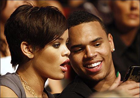 STJERNEPAR: Rihanna (20) og Chris Brown (19). Rihanna forteller hun var så forelsket at hun valgte å gå tilbake etter at Brown mishandlet henne Foto: AP