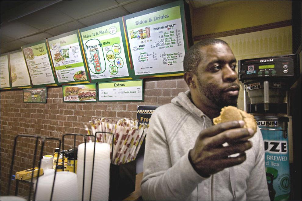 - Jeg var så sulten at jeg ikke tenkte på kaloriene da jeg bestilte, sier Jervis Deboulet (32) fra Brooklyn, mens han spiser en sandwich på Subway, Staten Island, New York. Foto: Pontus Höök
