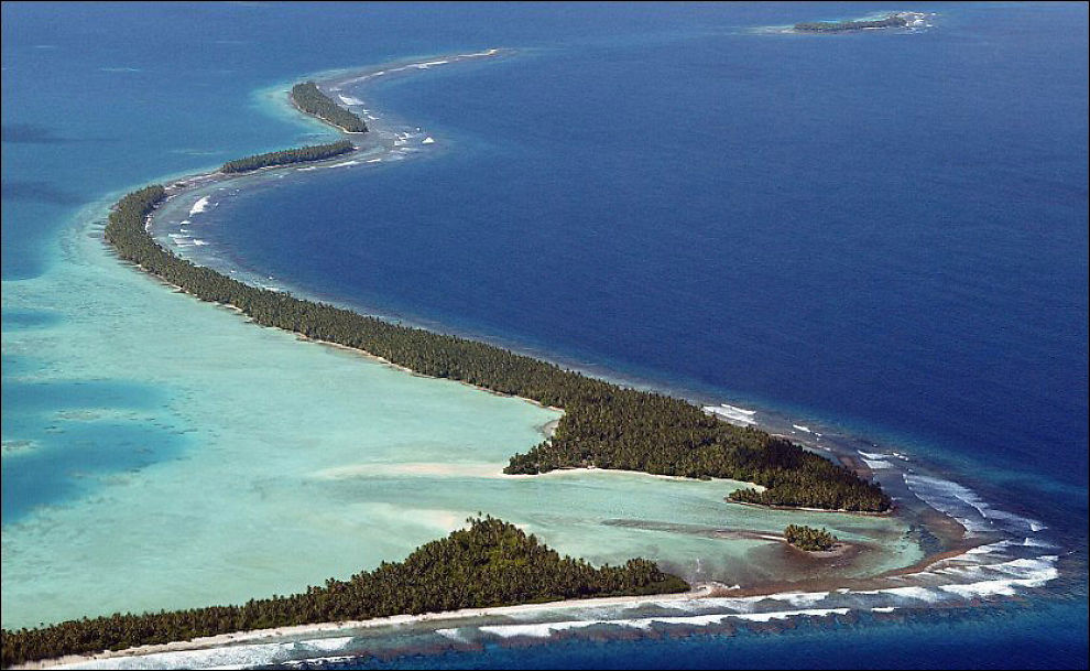 STILLEHAVSØYER: Det ser idyllisk ut nå, men her, på Funafitiatollen hvor halvparten av Tuvalus befolkning på rundt 11.500 mennesker bor, vil det bli ulevelig dersom havet stiger noe særlig. Foto: AFP