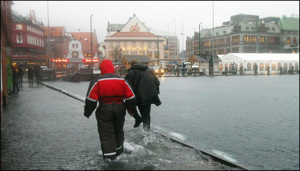 ØSENDE PØS: Fra torsdag formiddag og frem mot lørdag morgen vil det komme store nedbørmengder i Bergen og på resten av Vestlandet. Foto: Scanpix
