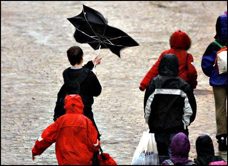 HØSTVÆR: Enkelte steder kan det komme opp mot 150 millimeter nedbør på Vestlandet. Meteorologene advarer mot lokale oversvømmelser og overvann på veiene. Foto: VG