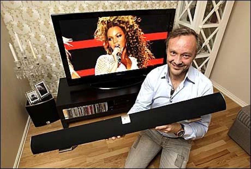 TESTVINNER: Gjett hva slags lydanlegg medgründer Jan Kristensen i Arvani har hjemme i sin egen TV-stue? Du gjettet riktig: dagens testvinner, lydplanken fra Arvani. Basshøyttaleren på gulvet til venstre for TV-en hører også med. Foto: Trond Solberg