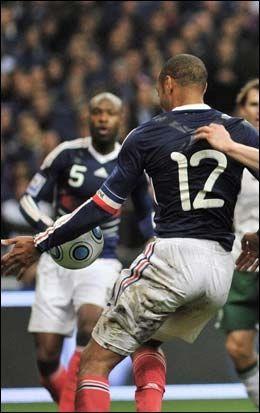 STRIDENS KJERNE: Thierry Henry bruker hånden og frarøver Irland muligheten til å kvalifisere seg via playoffkampene mot Frankrike. Foto: EPA
