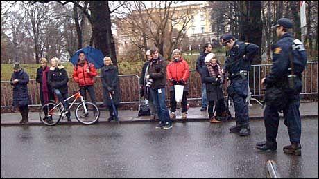 VENTER PÅ MICHELLE: En rekke mennesker hadde troppet opp i Parkveien i håp om å få et blikk av Michelle Obama. Foto: Marthe Haugdal