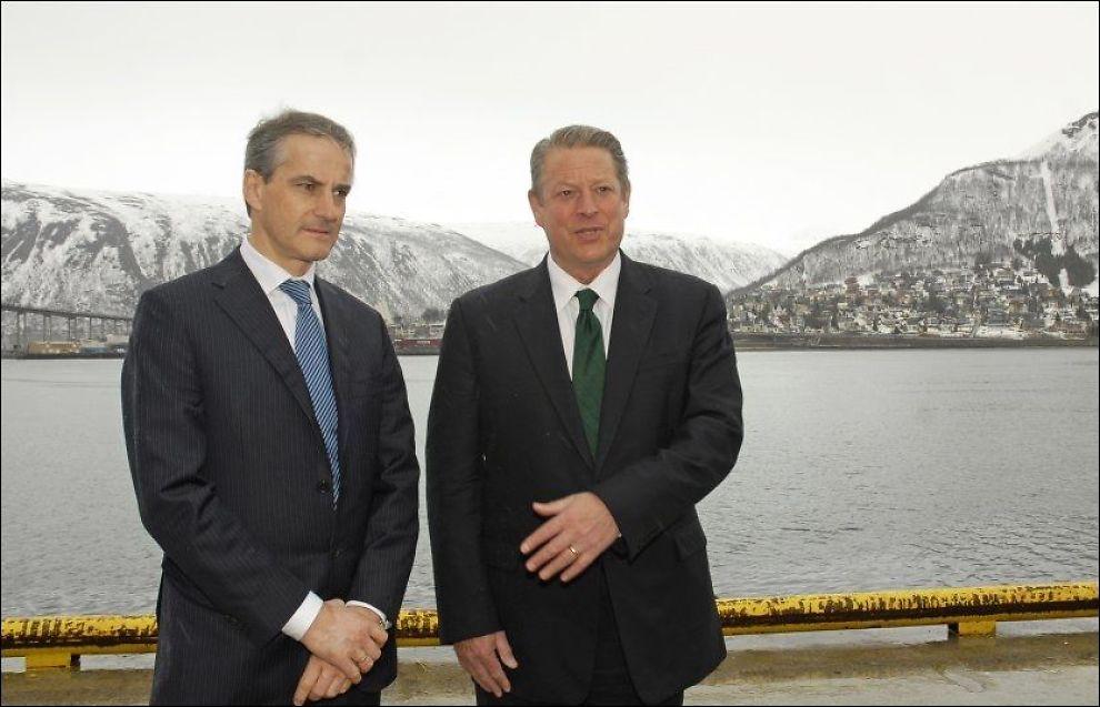 BOMMET: Utenriksminister Jonas Gahr Støre (Ap) og USAs tidligere visepresident Al Gore presenterte en tallblemme under mandagens tale. Her fra et møte i Tromsø i april i år. Foto: SCANPIX